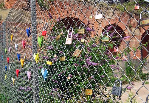Yarn and Padlock fence bombing, Shoreditch