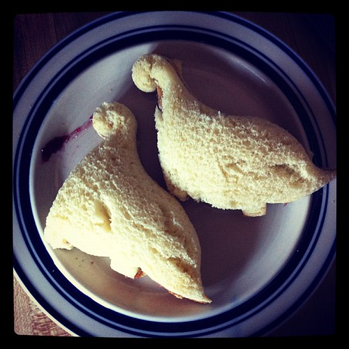 337: dramatic dinosaur pbj sammitches.
