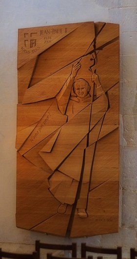 Gravure en creux de Jean-Paul II - Collégiale de Montréal (Yonne, Bourgogne, France)