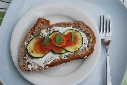 rostat surdegsbröd med färskost och grillade grönsaker by abris2009