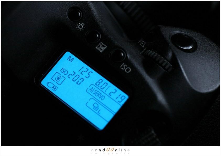 Diafragma, sluitertijd en ISO waarde op het scherm van de digitale spiegelreflex camera