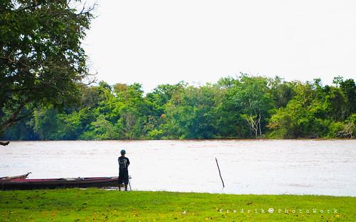 di tepian sungai