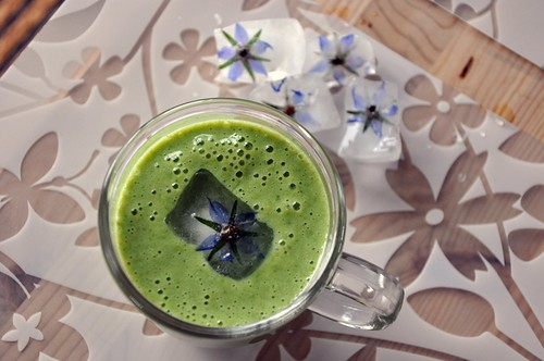 Green smoothie with borage flower