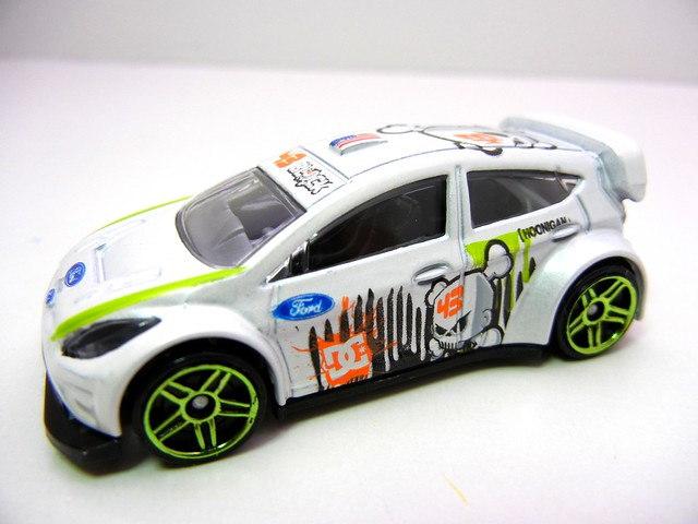 hot wheels '11 ken block ford fiesta white (2)