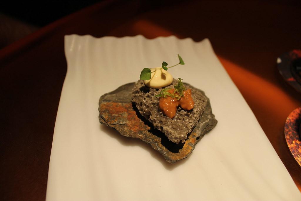 Roca volcánica de chocolate blanco y sésamo negro