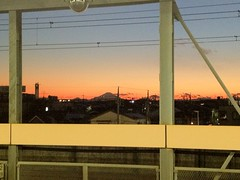 夕焼けの空に富士山がキレイ。