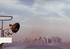 Skyline Manhatten mit Zwillingstürmen vom Ausflugsdampfer aus gesehen
