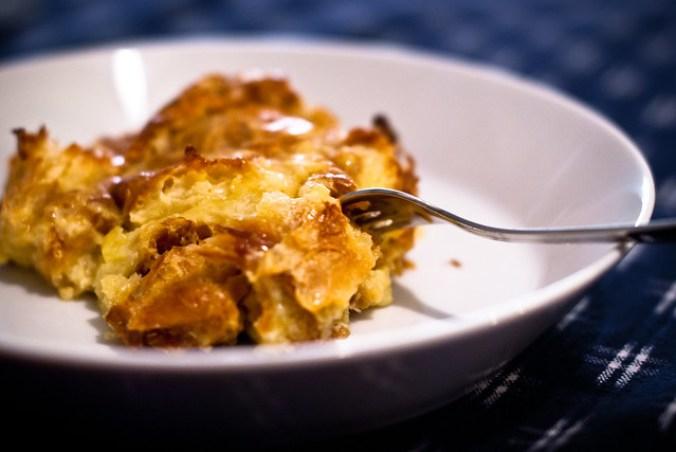 De oude croissants van Nigella Lawson omgetoverd in een heerlijke broodpudding: met karamel, cognac, room en ei