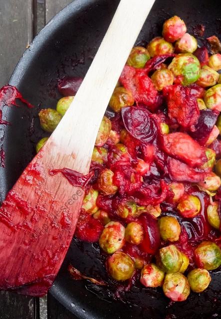 Choux de Bruxelles aux prunes caramélisées / Brussels Sprouts with Caramelized Plums
