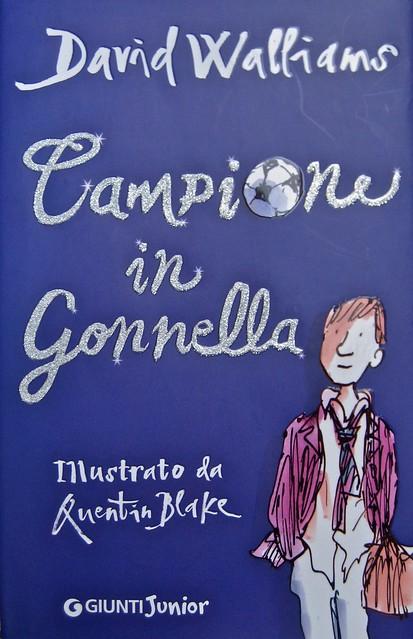 David Walliams, Campione in gonnella (The Boy in the Dress), Giunti 2011. Illustrazioni di Quentin Blake, progetto grafico di Simonetta Zuddas. cop. (part.), 1