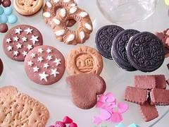 Biscotti e dolcezze golose in fimo realizzate per docorare i vasetti