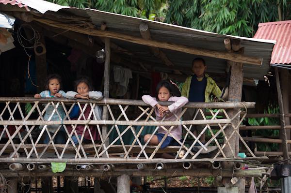 Nens a Along, en una cabanya de bambu