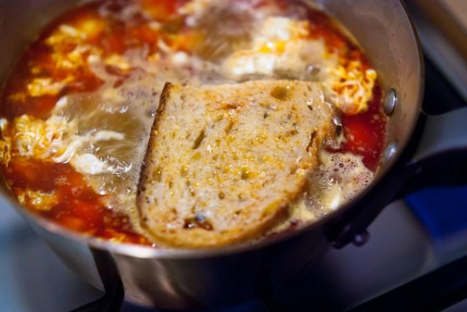 Rokerige Spaanse knoflooksoep met pimentón, brood en ei