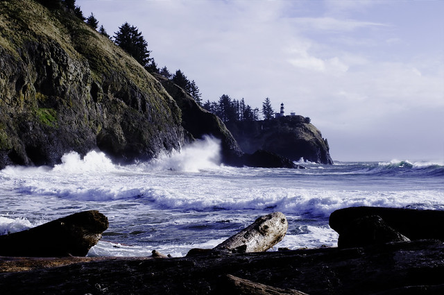 Big waves at Cape Disappointment Light