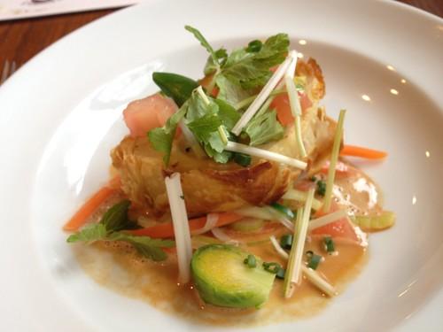メインのお魚料理:白身魚のムースパイ包み焼き@東京日仏学院ラ・ブラスリー