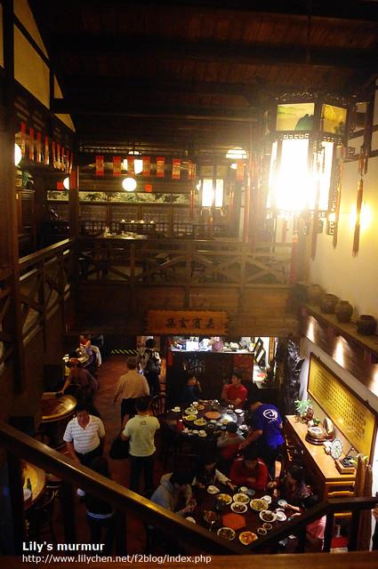 從二樓處拍新梅龍鎮復古餐廳的內觀,真的完全就是一間客棧!
