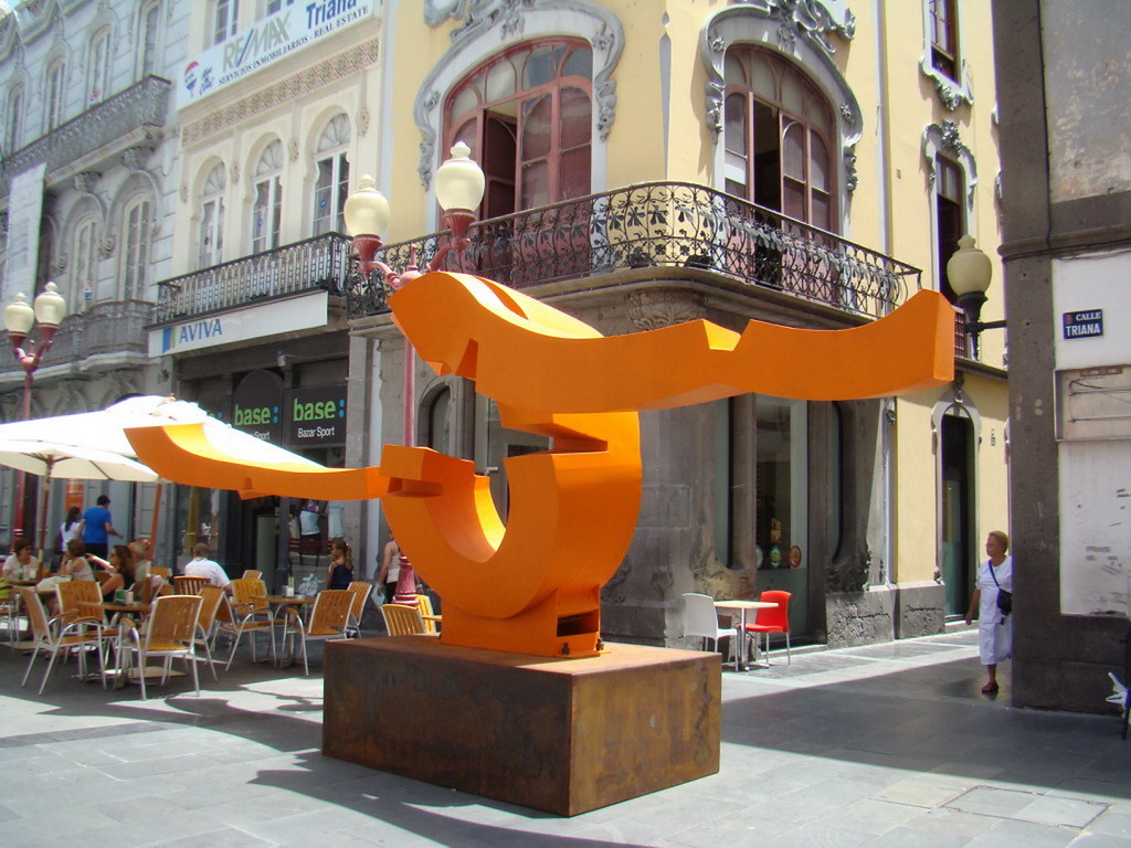 Escultura Mediterranea de Martin Chirino láminas de acero soldadas pintadas al horno en rojo brillante calle Triana Las Palmas de Gran Canaria 15