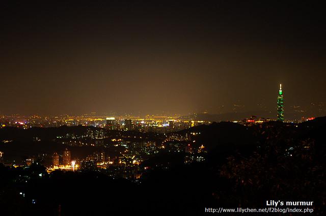 奉上夜景一張,從泡茶處拍的,私以為還是陽明山上看到的夜景壯闊美麗一些。