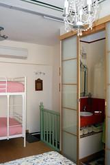 Vista de escalera y baño