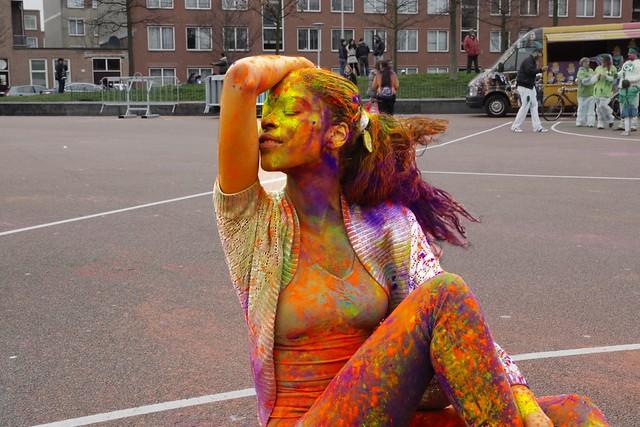 Kleurrijke dame. Foto door Roel Wijnants, op Flickr.
