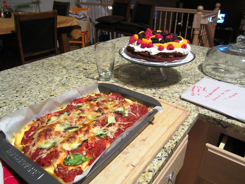 lasaña y torta para celebrar