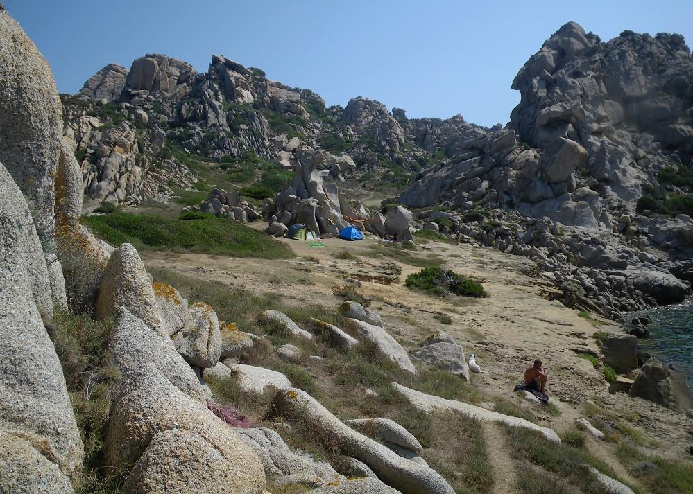 Capo Testa - Valle della Luna - Tende in campeggio libero vicino alla Cala di Mezzo