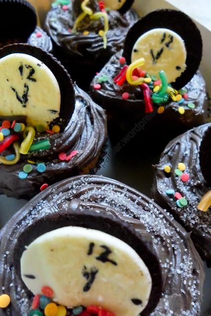 Cupcakes de Nouvel An : au beurre de cacahuètes avec glaçage au chocolat / New Year Cupcakes : Peanut Butter with Chocolate Frosting
