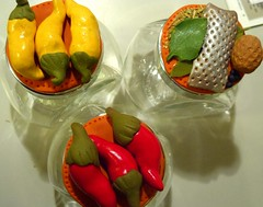 Vasetti decorati con peperoni e spezie in fimo
