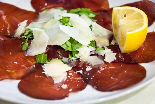 Gegeten in Puglia: salade van gerookt paardenvlees met parmezaanse kaas