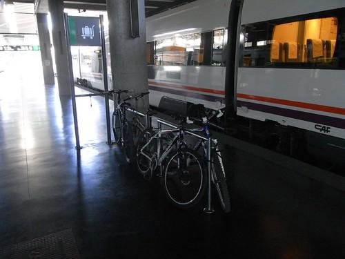 Bici aparcada en el anden de la Estación de Córdoba.