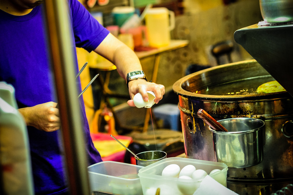 Egg Cracker Zhonghua Night Market | Nikon D700 85mm F4.5 1/125 ISO 3200