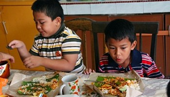 Abang koning dan abang Ngah bersarapan nasik Lemak sebelum berkhatan