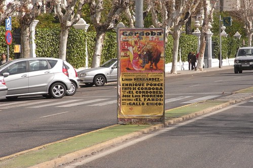 Cartel corrida cáncer atada al mobiliario público mediana Avenida Medina Azahara.