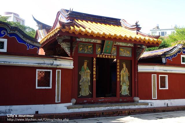 廟的後方就是墳塚了喔。門神是宮女來著,太監在門的另外一面。