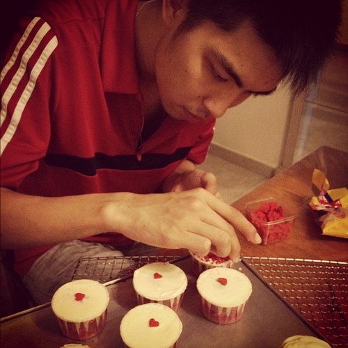 Vincent decorating his cupcakes!