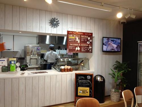 店内はテーブル席2つとシンプル。@中洞牧場ミルクカフェ 乃木坂