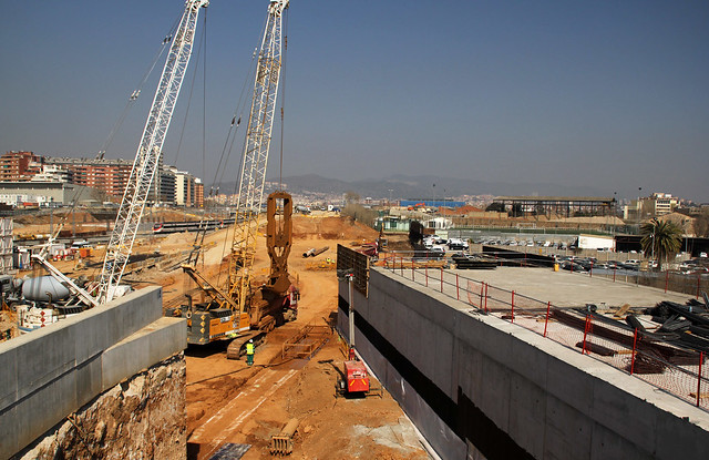 Trabajos en el nuevo vial de vehículos a la altura del nuevo puente del Treball