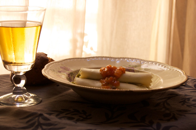 Canelones de guacamole y salsa de tomate
