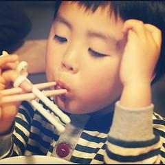 フリカケ至上主義ですが、ママの手を借りて食べてくれました。ニンジンタマネギも気づかれなかった! #azukikun