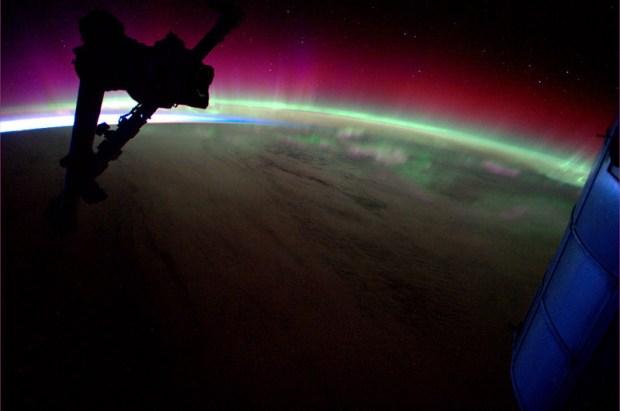 Vliegen over een magisch kleurenspel. De Aurora Australis, het zuidpoollicht, is sprookjesachtig deze dagen.