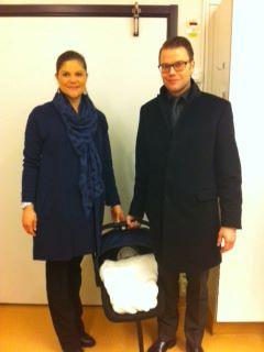 Kronprinsessan, Prins Daniel och Prinsessan på väg hem till Haga slott från Karolinska sjukhuset. Foto: Kungahuset.se