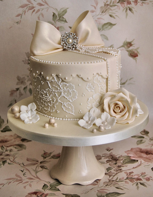 lace and pearls hat box style cake inspired by tracey co
