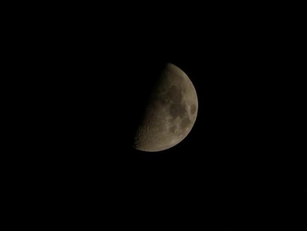 Mond mit erweiteren optischem Zoom