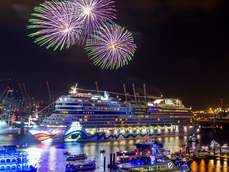 Hamburg Hafengeburtstag, vuurwerkshow AIDA, foto door Dennis Siebert