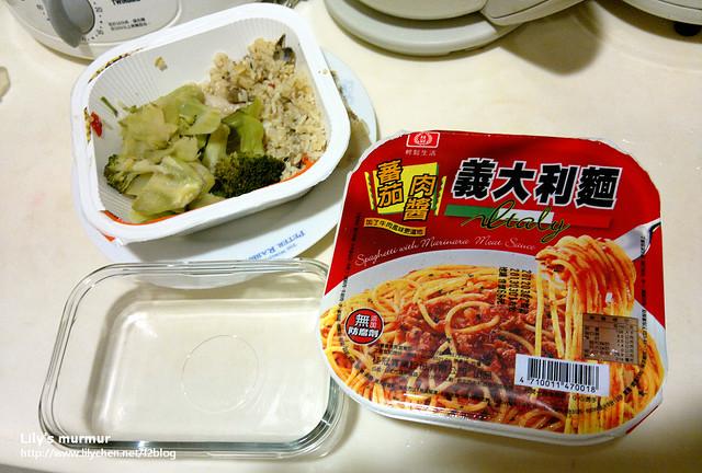 某天正在包便當,要放剩下的鹹魚雞粒炒飯,還有加上一點蕃茄義大利麵。