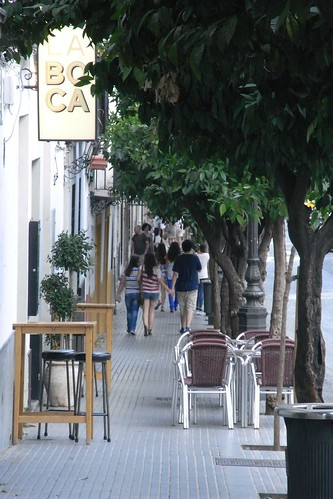 veladores en acera estrecha calle San Fernando.