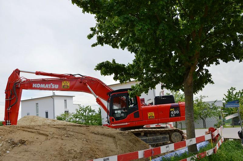 Excavator in Feldbrunnen