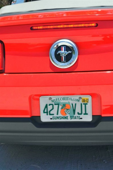 Matrícula original del Ford Mustang que empezó su viaje en Key West y acabó en Madrid (España)