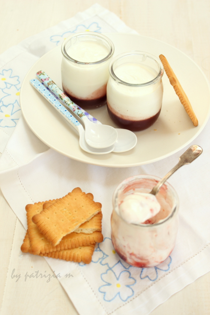 Yogurt e panna e gelatina di fragole speziate