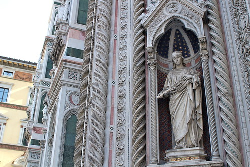 Lifesize statues on the Duomo